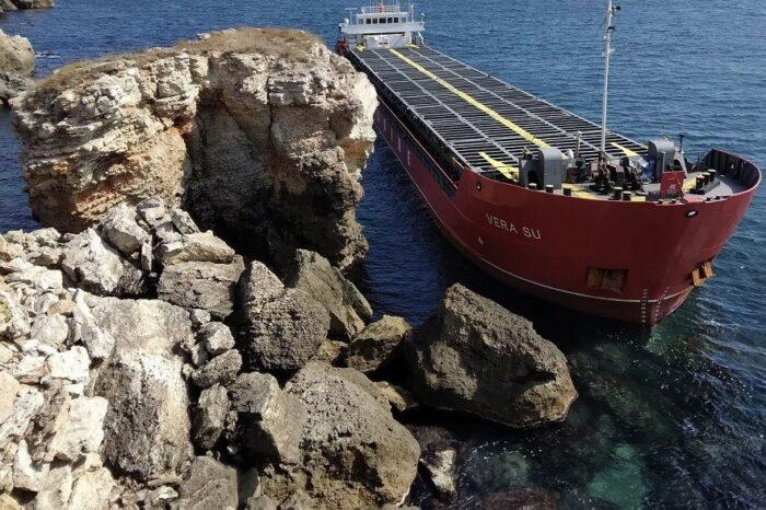 Суховантаж з України не можуть зняти з мілини - судно стало протікати